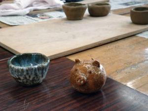 見本の器と土鈴の写真
