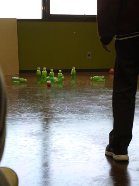 ペットボトルと手作りボールでボーリングを行っている写真